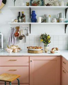 Une cuisine rose contemporaine, plan de travail marbré et crédence à carreaux blancs