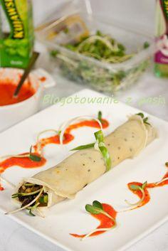 Bazyliowe naleśniki z musem z bakłażana i sosem z pieczonej papryki