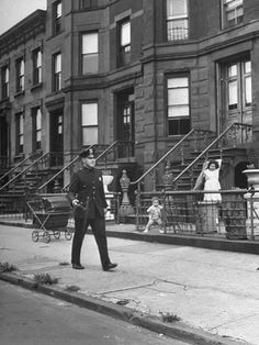 Ed Clark, Children watching a policeman walk his beat in front of apartment buildings, New York City, September Photo New York, Vintage New York, Lower East Side, Historical Photos, Vintage Photos, Vintage Art, American History, Street Photography, Beats