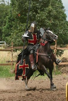 Recreating the Medieval crusader in jousting tournament. Knight In Shining Armor, Knight Armor, Dark Knight, Medieval Weapons, Medieval Knight, Medieval Fantasy, Armadura Medieval, Caballero Andante, Crusader Knight