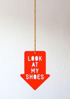 Du hast deine tollsten Schuhe an und keiner guckt?  Nicht mit uns! Wir hängen uns den Riesenpfeil um und dann ist alles klar!  + + + Es gibt nur noch diese Farben: Neonrot und Creme + + +