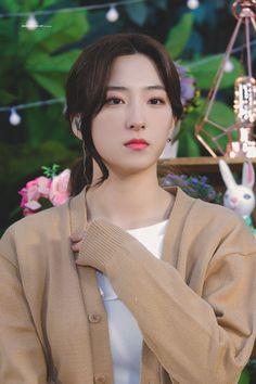 K-Pop Babe Pics – Photos of every single female singer in Korean Pop Music (K-Pop) Kpop Girl Groups, Korean Girl Groups, Kpop Girls, Pretty Korean Girls, Korean Beauty Girls, Beautiful Asian Women, Most Beautiful, Uzzlang Girl, Cosmic Girls