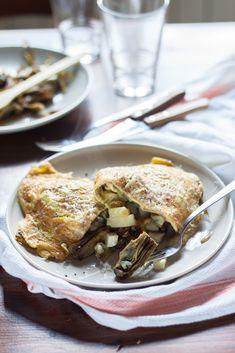 Un pranzo veloce, un'omelette ripiena ai carciofi e pecorino, con un buon profumo di origano. Una versione insolita della frittata ai carciofi.