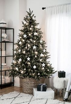 20 + Marvelous Awesome Weihnachtsschmuck Apartment Ideas The Effective Pictures We Offer You About christmas home A quality picture can tell you many things. You can find … Minimalist Christmas Tree, Rustic Christmas, Christmas Home, Christmas Crafts, Apartment Christmas, Green Christmas, Xmas, Natural Christmas, Christmas Holidays