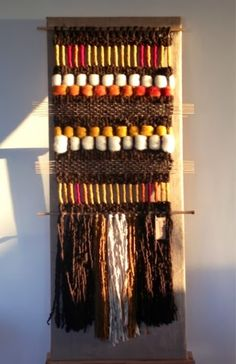 Telaresytapices .... Maria Elena Sotomayor : Telares al sol del atardecer ... Weaving Textiles, Weaving Art, Weaving Patterns, Tapestry Weaving, Loom Weaving, Textile Patterns, Weaving Wall Hanging, Tapestry Wall Hanging, Finger Weaving