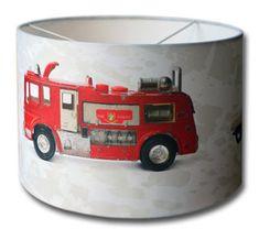Oude tijden herleven met deze hippe kinderlamp met dinky toy auto's. Ze staan er allemaal op: een brandweer auto, een ziekenwagen ambulance en een politieauto. Tetuuuhhhh....tetuuhhhh.... Deze ...