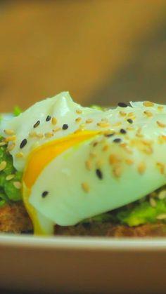 Cómo hacer estas perfectas tostadas con aguacate y huevo poché.