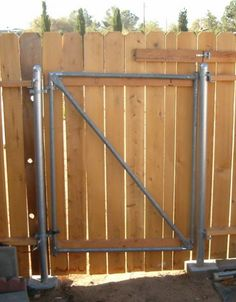 4 Fascinating Tricks: Temporary Fence Woods fence gate with inserts.Modern Fence San Diego wood and metal fence. Wooden Fence Gate, Fence Doors, Brick Fence, Concrete Fence, Pallet Fence, Front Yard Fence, Diy Fence, Bamboo Fence, Fence Art