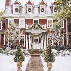 In love with this house! The perfect Christmas house! Outdoor Christmas, Winter Christmas, Christmas Home, Christmas Heaven, Christmas Greenery, Xmas, Christmas Wreaths, Merry Christmas, Exterior Design