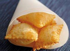 """Para fazer o <a href=""""http://mdemulher.abril.com.br/culinaria/receitas/receita-de-pastel-queijo-614938.shtml"""" target=""""_blank"""">pastel de queijo</a>, a criançada vai precisar colocar a mão na massa!"""