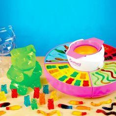 Die Fruchtgummi Maschine als eine tolle Geschenkidee für alle jüngeren und älteren Gummibärchen Liebhaber. Mit den Gummibärchen zum Selbermachen verdoppelst du den Spaß bei der Vorbereitung und beim Essen!