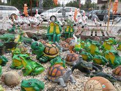 Pohľad na sošky zvierat - volavky, bociany, žaby, korytnačky atď.