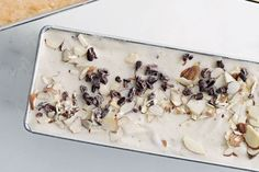 Sugar-free vegan stracciatella gelato with nuts and cacao nibs Sugar Free Vegan, Sugar Free Treats, Sugar Free Desserts, Sugar Free Recipes, Sweet Recipes, Vegan Recipes, Raw Desserts, Desserts To Make, Frozen Desserts
