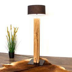 Die rustikale Stehleuchte aus Schweizer Eichenholz kann individuell angepasst werden. Erfahre mehr über die Möglichkeiten und besuche unsere Internetseite. Table Lamp, Lighting, Lamps, Design, Home Decor, Hydroelectric Power, Types Of Wood, Swiss Guard, Home Architect