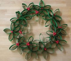 20 Toilet Paper Roll Christmas Crafts For The Most Spectacular Holiday Weihnachtskranz mit Toilettenpapierrollen: idee-creative. Toilet Paper Roll Art, Rolled Paper Art, Toilet Paper Roll Crafts, Paper Crafts For Kids, Diy Crafts, Diy Paper, Holiday Crafts, Christmas Wreaths, Christmas Crafts