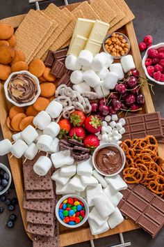 Smores Dessert, Dessert Platter, Dessert Party, Charcuterie Recipes, Charcuterie And Cheese Board, Party Food Platters, Food Trays, Cute Food, Yummy Food