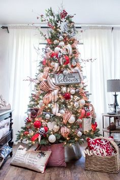 Christmas Farmhouse tree decor...and more! 31 Farmhouse Christmas decor ideas are right here!