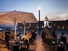 Restaurant at unbeatable location, in front of the water and at the square.
