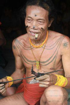 Aman Lauk Lauk dengan alat pembuat tato tradisional di tangan