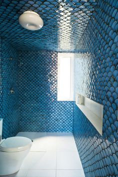 Moroccan fish scale tile: all you need to know about the growing Fish Scale Tile, Blue Wall Decor, Shower Tile Designs, Blue Tiles, Blue Mosaic, Ceiling Decor, Ceiling Lighting, Ceiling Tiles, Design Moderne