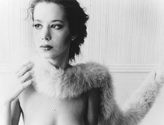 Il est assez rare de penser à Francesca Woodman habillée, tant les photographies les plus marquantes de son œuvre la révèlent nue, dans des situations énigmatiques et bouleversantes de beauté. Dans une séduisante exposition à voir ce mois ci à la Woodman Gallery de New York, le vêtement est pourtant omniprésent.