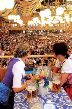 Im Bräurosl herrscht ganztätig Partystimmung. Oktoberfest-BesucherOctoberfest in Munich