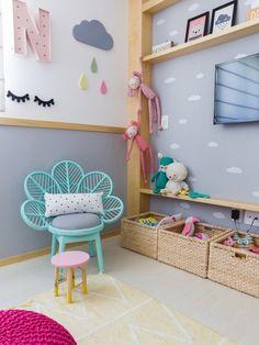 Os tons de verde e rosa do quarto de NINA, de 2 anos, fogem do tradicional, no projeto com sotaque montessoriano no projeto da arquiteta PAULA DAEMON