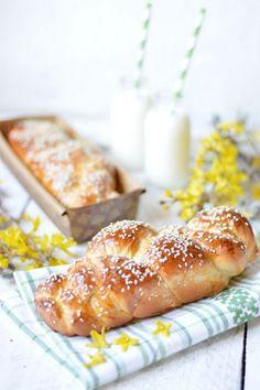 CITROMOS KALÁCS -  TÉSZTA: 40 dkg BL80 kenyérliszt, 2 dkg friss élesztő, 1 dl tej, 1,5 dl habtejszín, 5 dkg cukor, 1 tojás, csipet só, 1 citrom reszelt héja és leve. Tetejére: 1 tojássárgája, szezámmag.