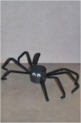 Fun Halloween Craft: Toliet paper spider. Great craft for school Halloween Party