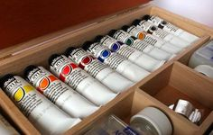 Farby akrylowe to aktualnie jedne z najmłodszych farb, jakie zostały stworzone przemysł artystyczny. Pojawiły się w latach 20 XX w. wraz z wynalezieniem tworzyw sztucznych i jako stosunkowo tani substytut farb olejnych stały się w XX wieku bardzo popularne. Podstawowym składnikiem farb akrylowych są żywice akrylowe, które powstały w wyniku polimeryzacji – czyli łańcuchowej reakcji [...]