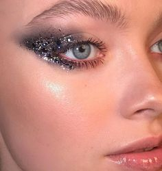Glitter sparkly makeup look. Sooo gorgeous Glitter sparkly makeup look. Sparkly Makeup, Glam Makeup, Hair Makeup, Glitter Makeup Looks, 80s Makeup, Costume Makeup, Silver Glitter Eye Makeup, Disco Makeup, Mac Makeup Looks