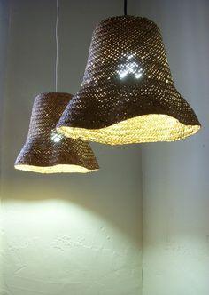 Buena idea, buscar un modo de endurecer tela ara hacer lámparas, que mantengan el lenguaje textil, pero en duro