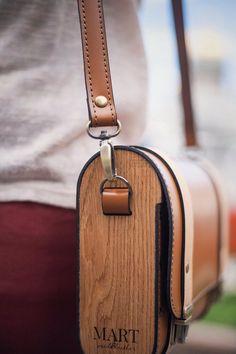 Artículos similares a Wood leather Brown handland beige leather bag original trendy wooden bag shoulder woman messenger classical bag en Etsy Leather Diy Crafts, Leather Gifts, Leather Bags Handmade, Leather Projects, Leather Craft, Leather Bag Design, Leather Work Bag, Leather Tooling, Leather Purses