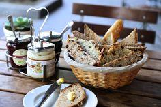 Cesta de Pães Orgânicos servida com manteiga, geléia orgânica e pasta de chocolate