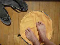 """Un pochon piscine tout en 1 """"pieds au sec et transport du maillot mouillé"""""""
