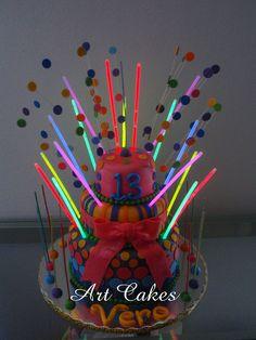 Gateau d'anniversaire déco original fluo réalisé avec des bracelets fluo vistaglo, facile!