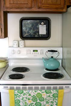 Ten Kitchen Improvements for Renters - Decorative Tray - Ideas of Decorative Tray - What a cute idea for tacking up a recipe while cooking NOw i have an idea for those ugly retro tv trays i bought at an auction Diy Kitchen, Kitchen Storage, Kitchen Design, Kitchen Decor, Kitchen Ideas, Kitchen Inspiration, Kitchen Stuff, Kitchen Backsplash, Kitchen Sink