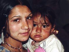 Man nennt die Kleine hier Kurva Baba - Hurenbaby. Die Mutter sagt lieber Prin?es? zu ihr.   Aufgenommen 2014 in Siebenbürgen.  Poster ab 13,86€