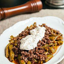 Το αγαπημένο καλοκαιρινό φαγητό της γιαγιάς μου, η οποία συνήθιζε να μαγειρεύει πάντα τα φασολάκια με κρέας ή κιμά. Η δικιά μου προσθήκη είναι η σάλτσα από γιαούρτι που μπαίνει από πάνω. Greek Recipes, Beef, Cooking, Sunday, Food, Meat, Kitchen, Domingo, Essen