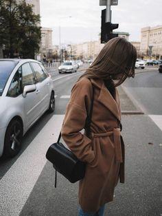 Gdzie kupić camelowy płaszcz? Karmelowy płąszcz wiązany w pasie do kolan. Jesienne płaszcze 2017.
