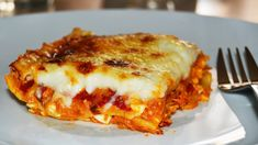 Learn how to make a delicious tuna lasagna, an Italian homemade pasta dish famous all over the world. It's very easy to make and perfect for the weekend. Homemade Lasagna Recipes, Easy Homemade Recipes, Easy Salad Recipes, Oven Recipes, Dessert Recipes, Canned Sweet Potato Recipes, Canning Sweet Potatoes, Mashed Potato Recipes, Recipes