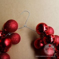 How to Make a Christmas Wreath with a Hanger - Tips and Walkthrough with Photos - How to Make a Wreath with a Hanger and Xmas Balls - DIY - Tutorial - Creative Madame - www.madamecriativa.com.br