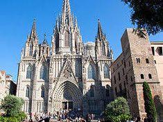 La Catedral de Barcelona, cuya construcción abarcó los siglos XIII, XIV y XV, tiene un origen muy distintivo: su construcción se realizó sobre una antigua catedral románica a la que precedió una iglesia de época visigoda, erigida, a su vez, sobre los restos de una basílica paleocristiana. Esta catedral pertenece al estilo gótico, algo que puede saberse por algunas de sus características, como el uso de arcos ojivales, las gárgolas como elemento ornamental, o la presencia de vitrales.