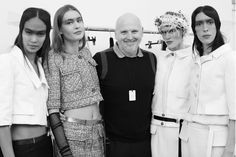 Sam McKnight entouré des tops du défilé Chanel haute couture printemps-été 2015 http://www.vogue.fr/mode/inspirations/diaporama/fwpe2015-les-coulisses-de-la-fashion-week-haute-couture-de-paris-printemps-t-2015-jour-2/18787/carrousel#sam-mcknight-entour-des-tops-du-dfil-chanel-haute-couture-printemps-t-2015