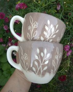 Pottery Painting, Ceramic Painting, Ceramic Art, Pottery Mugs, Ceramic Pottery, Pottery Art, Pottery Techniques, Sgraffito, Pottery Designs