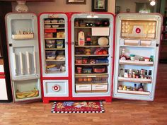 "and Tammy's 1953 Kelvinator Foodarama - before, after & inside - 10 pics Restored 1953 Kelvinator Foodarama. It has individual egg cups and a drawer marked ""BACON"". It has individual egg cups and a drawer marked ""BACON"". Kitchen Retro, Vintage Kitchen, Retro Kitchens, Retro Home Decor, Vintage Decor, Studio Loft, Vintage Refrigerator, Vintage Fridge, Retro Fridge"