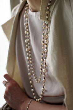 パールのロングネックレスは女性を美しく引き立てる魔法のネックレス。味わい深いヴィンテージの素材を一粒一粒繋いだネックレスはどれも一点物。程よいクラス感で心...