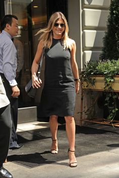 Jennifer Aniston gets lunch at Le Bilboquet in New York. So sexy! Jennifer Aniston is an American actress, producer, and businesswoman Jennifer Aniston Style, Jennifer Aniston Fotos, Jennifer Aniston Pictures, Nancy Dow, Beautiful Celebrities, Most Beautiful Women, Jeniffer Aniston, John Aniston, Hollywood