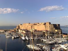 MANI E VULCANI travel & events – whatup info www.it Napoli I Want To Travel, Lake Como, Pompeii, Amalfi Coast, Capital City, Verona, San Francisco Skyline, New York Skyline, Tourism