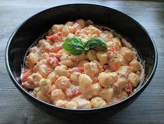 Beim Grillen dürfen natürlich auch keine Salate fehlen, dieser ist einer davon...ein leckerer Gnocchi-Salat mit Joghurt-Pesto-Dressing. Zeit...